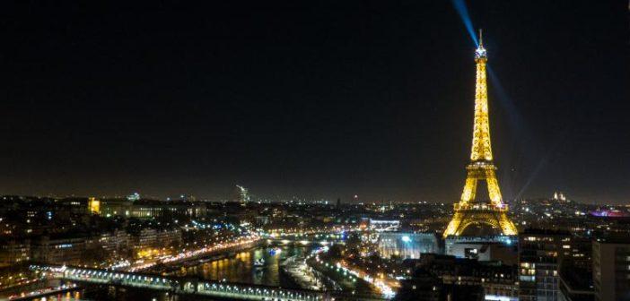 La Tour Eiffel illuminée la nuit à Paris