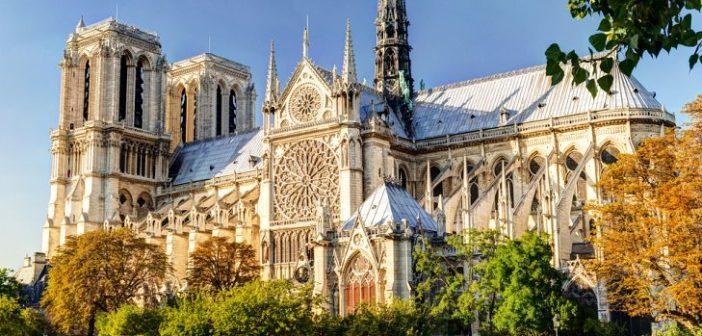 Vue de la Seine de la Cathédrale Notre Dame de Paris