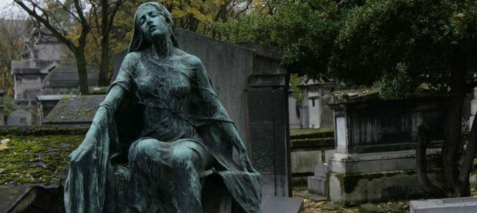 Statue d'une jeune fille au cimetière Montmartre