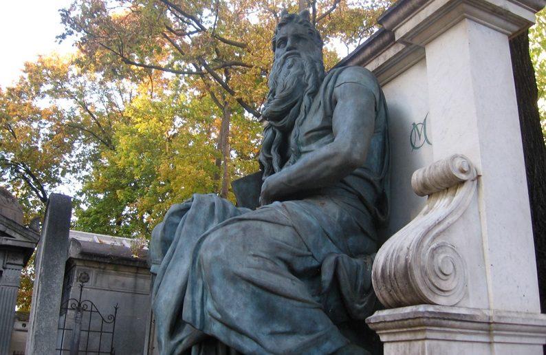 Statue d'un colosse au cimetière Montmartre