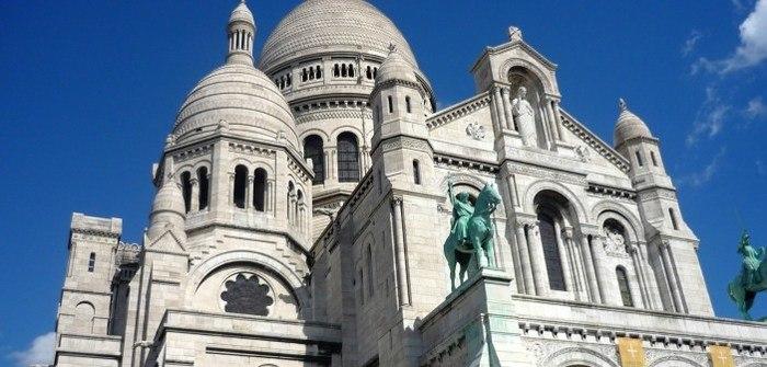 Les statues équestres et la statue de Jesus à l'entrée de la Basilique du Sacré Cœur