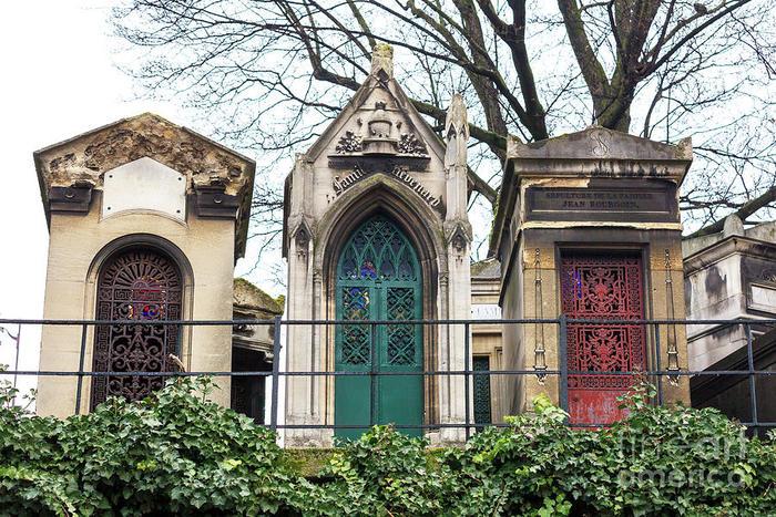 Tombeaux colorés au cimetière Montmartre