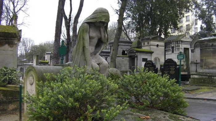 Statue d'une jeune fille en pleur au cimetière Montmartre