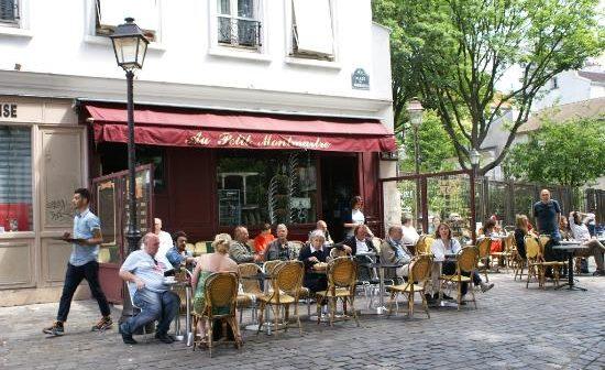 Un bar place des Abbesses avant de visiter Montmartre