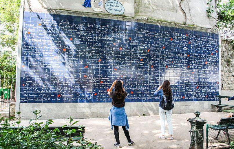 Le mur des je t'aime place des abbesses à Montmartre